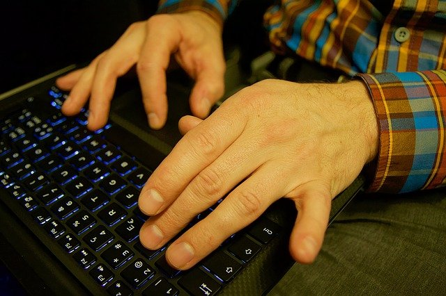 ruce na laptopu