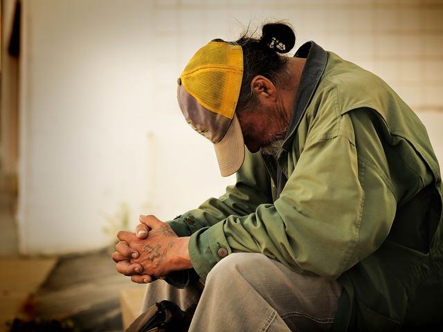 javascript:muž, bezdomovec, kšiltovka
