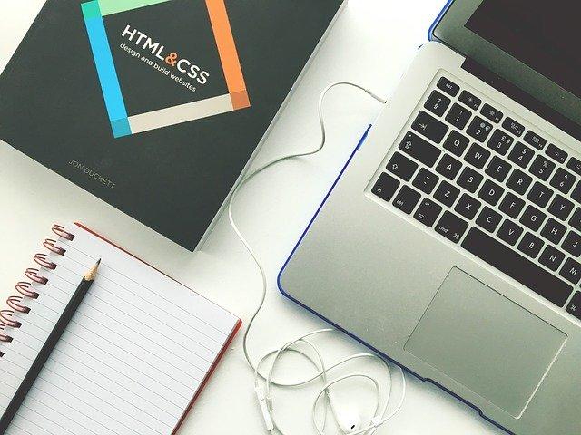 tužka, papír, sluchátka, notebook