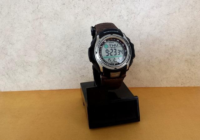 černé hodinky, stojánek