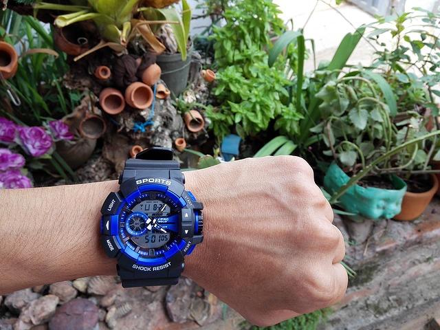 modročerné hodinky, ruka