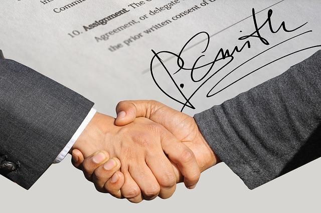 potřesení rukou nad smlouvou