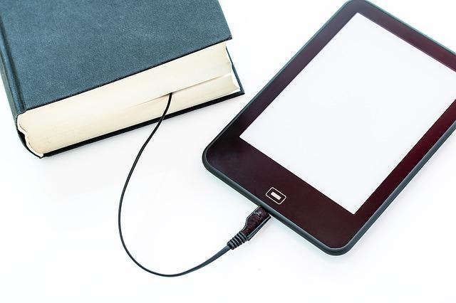 nabíjecí kabel mezi knihami