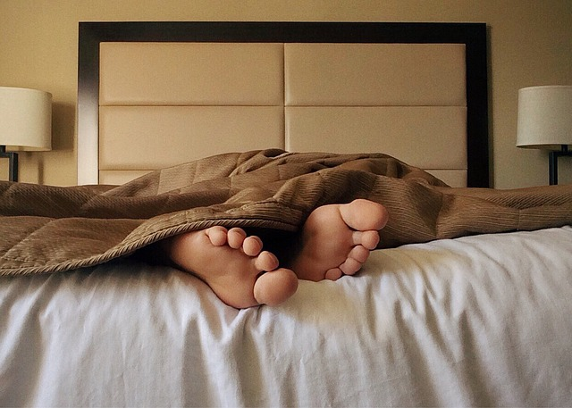 spánek v posteli